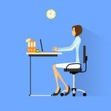 Mujer de negocios que se sienta en el escritorio en el funcionamiento de la oficina libre illustration