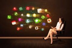 Mujer de negocios que se sienta en silla de la oficina con la tableta y colorida fotos de archivo libres de regalías