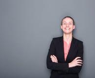 Mujer de negocios que sonríe con los brazos cruzados Fotos de archivo libres de regalías