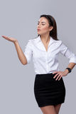 Mujer de negocios que sopla en la palma Fotografía de archivo libre de regalías