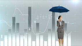Mujer de negocios que soporta un paraguas metrajes