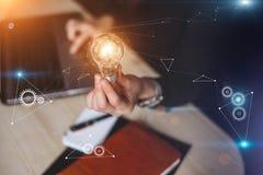 Mujer de negocios que sostiene bombillas La innovación adapta el icono con ideas de la conexión de red con tecnología y creativid foto de archivo libre de regalías