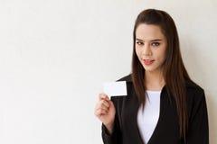 Mujer de negocios que sostiene la tarjeta en blanco Foto de archivo libre de regalías
