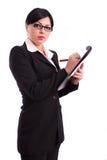 Mujer de negocios que sostiene un fichero y una pluma imagen de archivo libre de regalías