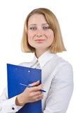 Mujer de negocios que sostiene un sujetapapeles y una pluma Imagen de archivo