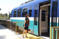 Mujer de negocios que sube a un tren Fotos de archivo