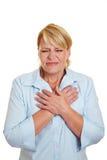 Mujer de negocios que tiene ataque del corazón foto de archivo libre de regalías