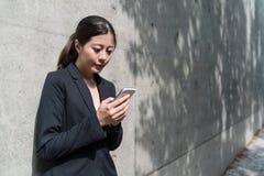 Mujer de negocios que tiene conversación telefónica imagen de archivo
