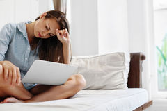 Mujer de negocios que tiene dolor de cabeza que trabaja en el ordenador Dolor, stress laboral Foto de archivo