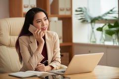 Mujer de negocios que tiene llamada de teléfono fotos de archivo libres de regalías