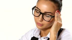 Mujer de negocios que tiene tensión en la oficina almacen de metraje de vídeo