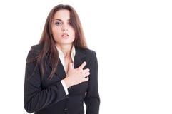 Mujer de negocios que tiene un ataque del corazón o un fallo cardiaco Foto de archivo libre de regalías