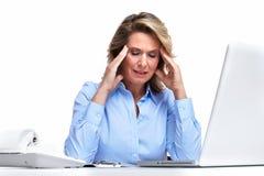 Mujer de negocios que tiene un dolor de cabeza. Imagen de archivo libre de regalías