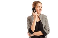 Mujer de negocios que tiene una conversación telefónica de la célula Imagen de archivo libre de regalías