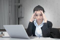 Mujer de negocios que toca su frente, concepto del dolor de cabeza Imágenes de archivo libres de regalías