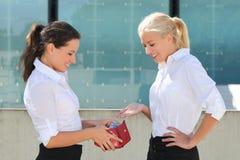Mujer de negocios que toma billetes de banco euro hacia fuera de la cartera y del donante Fotografía de archivo libre de regalías