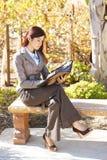 Mujer de negocios que toma notas Imagenes de archivo