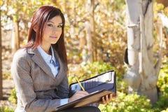 Mujer de negocios que toma notas Fotos de archivo