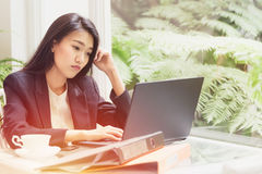 Mujer de negocios que trabaja con el ordenador portátil, planificación de pensamiento sobre la solución Imagenes de archivo