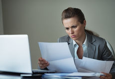 Mujer de negocios que trabaja con los documentos Fotografía de archivo