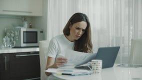 Mujer de negocios que trabaja con los documentos en casa Empresario que mira los papeles almacen de metraje de vídeo
