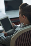 Mujer de negocios que trabaja con PC de la tablilla. Visión trasera Fotografía de archivo