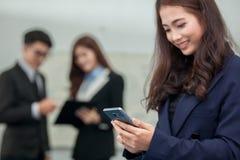 Mujer de negocios que trabaja con Smartphone Fotos de archivo libres de regalías