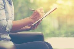Mujer de negocios que trabaja en casa la oficina para planear y escribir o fotografía de archivo libre de regalías