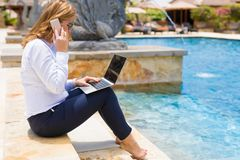 Mujer de negocios que trabaja en centro turístico tropical imagen de archivo