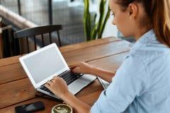 Mujer de negocios que trabaja en el ordenador en el café Trabaja independientemente el trabajo, comunicación fotos de archivo