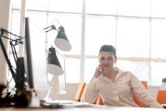Mujer de negocios que trabaja en el ordenador en la oficina Imagen de archivo libre de regalías