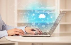 Mujer de negocios que trabaja en el ordenador portátil con concepto de la tecnología de la nube foto de archivo libre de regalías