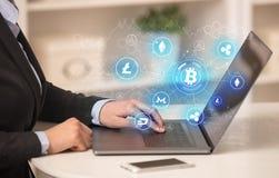 Mujer de negocios que trabaja en el ordenador portátil con la red del vínculo del bitcoin y el concepto en línea foto de archivo libre de regalías