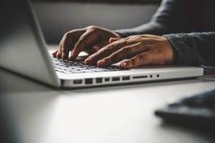 Mujer de negocios que trabaja en el ordenador portátil en oficina Fotos de archivo libres de regalías