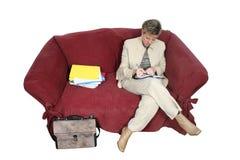 Mujer de negocios que trabaja en el país en el sofá Imágenes de archivo libres de regalías