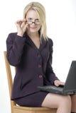 Mujer de negocios que trabaja en la computadora portátil Fotografía de archivo libre de regalías