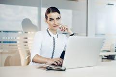 Mujer de negocios que trabaja en la computadora portátil imagen de archivo libre de regalías