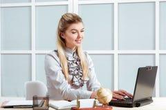 Mujer de negocios que trabaja en la oficina Imagen de archivo