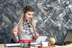 Mujer de negocios que trabaja en la oficina Foto de archivo