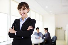 Mujer de negocios que trabaja en la oficina imagen de archivo libre de regalías