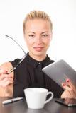 Mujer de negocios que trabaja en la PC de la tablilla Fotografía de archivo libre de regalías