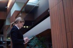 Mujer de negocios que trabaja en la tableta Foto de archivo