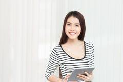 Mujer de negocios que trabaja en la tableta digital en la oficina Imagen de archivo