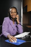 Mujer de negocios que trabaja en oficina. Fotos de archivo libres de regalías