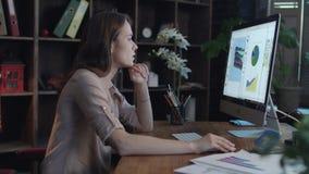 Mujer de negocios que trabaja en oficina del ordenador en casa Empresaria concentrada almacen de metraje de vídeo