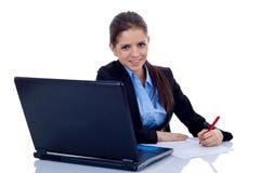 Mujer de negocios que trabaja en su escritorio Imagen de archivo libre de regalías