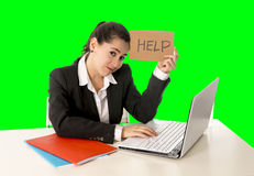 Mujer de negocios que trabaja en su ordenador portátil que lleva a cabo una muestra de la ayuda aislada en llave verde de la crom Imagen de archivo libre de regalías