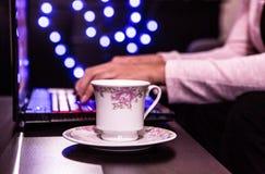 Mujer de negocios que trabaja en un ordenador portátil en un café retro del estilo Imagenes de archivo