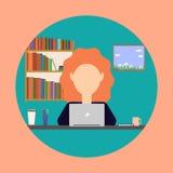 Mujer de negocios que trabaja en un ordenador portátil en la tabla Imágenes de archivo libres de regalías