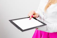 Mujer de negocios que usa el ordenador de la tablilla Fotos de archivo